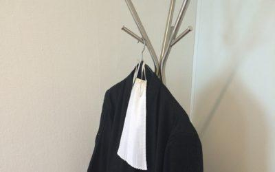 Wat betekenen toch die zwarte jurk en dat witte sjaaltje?